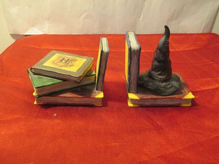 a70) Harry Potter Sorting Hat and Spell Books Bookends - 2000 Unesco #823260