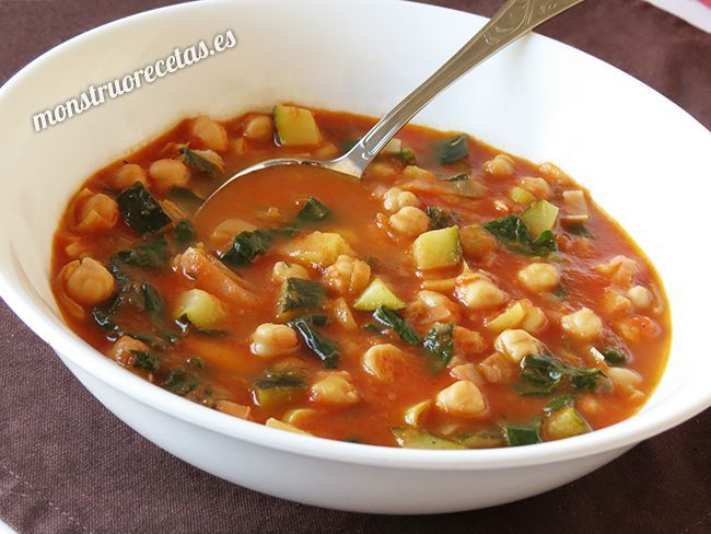 Sopa de tomate con garbanzos 400 gr. of canned crushed tomatoes 200 gr. canned chickpeas 100 gr. fresh spinach 450 ml. vegetable broth 1 leek 1 zucchini 1 clove garlic 1 bay leaf 2 tablespoons olive oil Salt and pepper