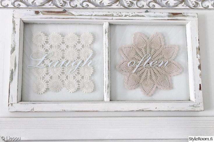 olohuone,valkoinen,maalaisromanttinen,pitsiliina,vanha ikkunanpoka