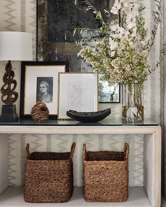 #entry #mimbre #rattan #consola #lamps #flowers #wallpaper