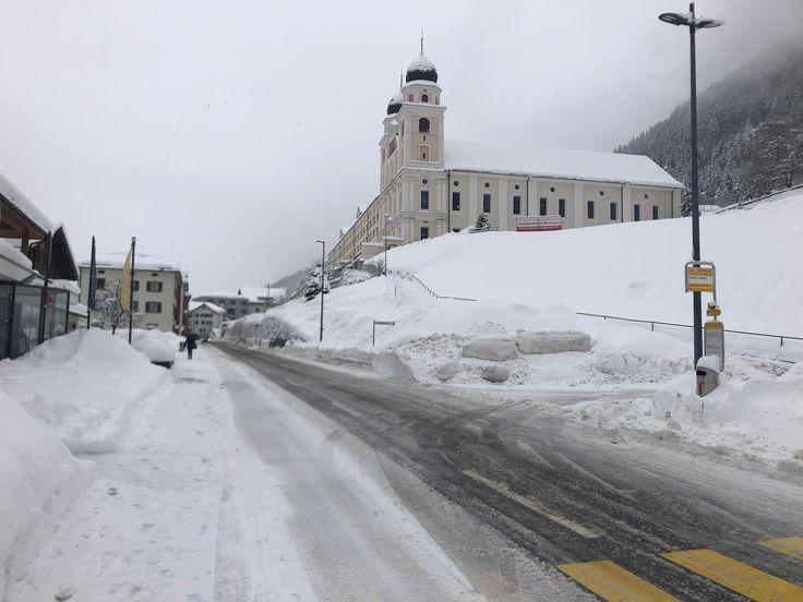 Das markante Kloster Disentis ist schneebedeckt. D…