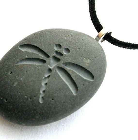 Piedra pequeña libélula pequeña PebbleGlyphc por sjengraving