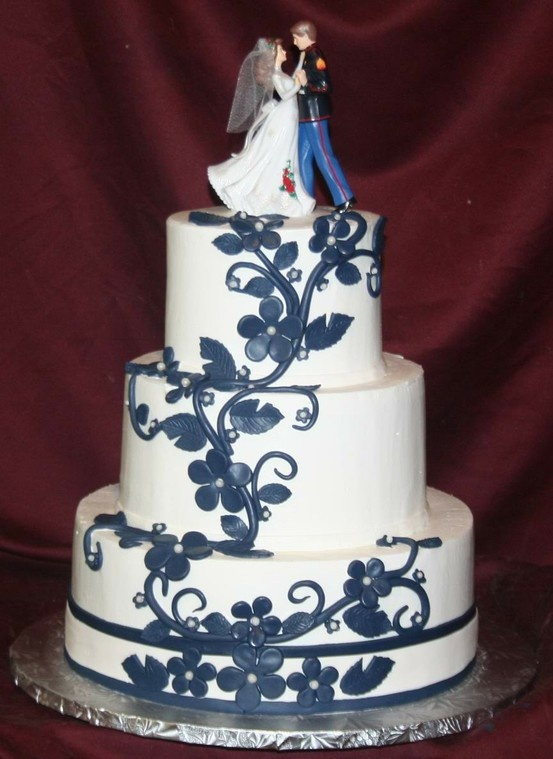 Not big on flowers on my wedding cake but this is pretty