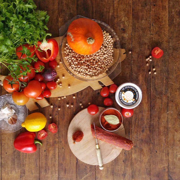 Gemakkelijke, gezonde en goedkope groente-gerechten waar je met vier personen genoeg aan hebt – en waar je nog een ruime kliek aan overhoudt, zodat je later in de week nog goedkoper eet. Deze week: Spaanse Pompoen-Tomatenstoof (met een Arabisch tintje)!