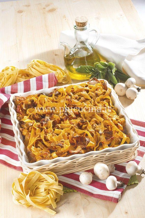 Dorate nell'olio lo scalogno tritato, unite i funghi e le aromatiche. Cuocete per 10 minuti prima di aggiungere i pomodori, sale e pepe, poi bagnate con un poco di acqua e portate a cottura per 15/20 minuti. Cuocete la pasta in abbondante acqua salata, scolatela al dente e passatela in padella con il sugo e la panna. Distribuitene metà in una pirofila unta e cospargete con il formaggio grattugiato. Completate con il resto delle tagliatelle e, ancora, parmigiano e qualche fiocchetto di bu...