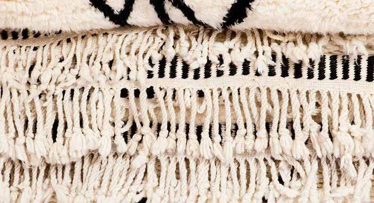 ベニオワレン・ラグは、伝統的に、女性の職人が織りを担当します。何ヶ月もかけて一枚の完璧なベニオワレン・ラグが仕上げる彼女たちは、遊牧民族である自身の暮らしや人生をラグに反映させています。そのデザインは、魔除けにもなるとされているので、装飾としてだけでなく、縁起の良いインテリアでもあります。スーキーのモロッコのアトリエと職人についてはこちらをごらんください。 http://www.sukhi.jp/our-team-in-morocco #インテリア #モロッコ #ベニオワレン #アトリエ