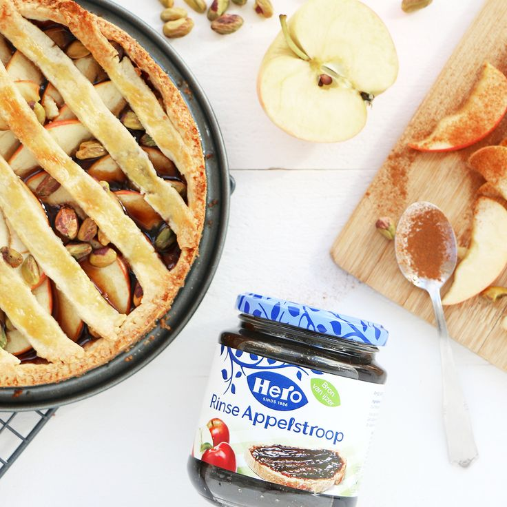 Deze appeltaart van Mind Your Feed krijgt een zachte krokante bodem van zanddeeg. Zanddeeg maak je makkelijk zelf, je moet alleen even geduld hebben. 1. Verwarm allereerst de oven voor op 180 graden. 2. Klop daarna alvast het ei los.  3. Doe de bloem samen met de suiker in een mengkom en voeg de boter ook toe. Gebruik 2 messen om de boter door de bloem te snijden.  4.Wanneer de boter in kleine blokjes is gesneden, kun je het deeg voor de appeltaart gaan kneden. Kneed tot een zanderig…