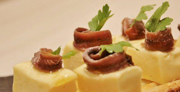 Tosta de anchoas con queso San Simón.