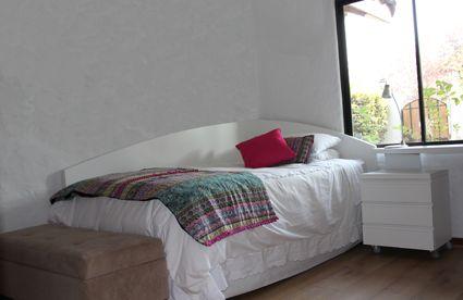 Dormitorio blanco, respaldo curvo