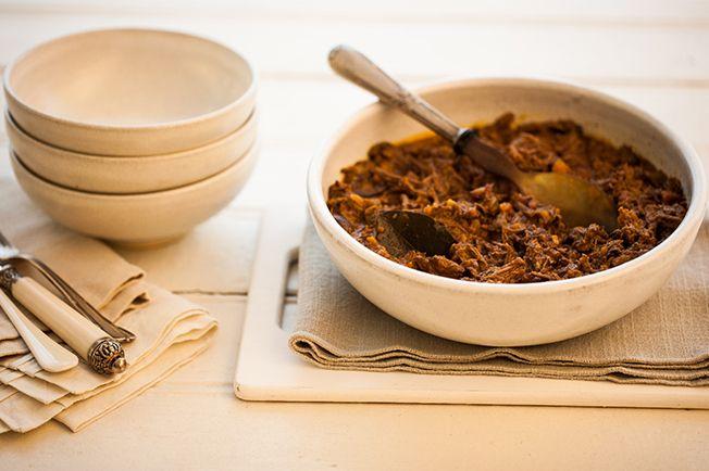 Ragu de carne fica bom com polenta mole, canjiquinha cremosa, batatas assadas e até como recheio de sanduíche. Um verdadeiro curinga para o dia a dia!