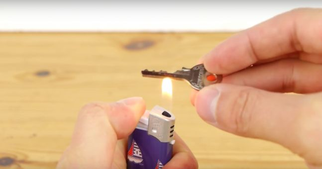 This is a tutorial video that shows you how to make an emergency spare key with just a sellotape and the lid of a food can. First, you take a print of the original key with the sellotape and then paste it onto the lid of the food can. Then you use a pair of …