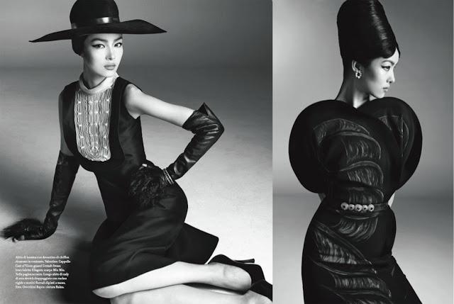 引用------  VOGUE Itaria 2013年1月号は、中国のスターモデルであるフェイフェイ・サン(Fei Fei Sun)をメインキャスティングした、スティーブン・マイゼル様(Steven Meisel)による『GLOBAL LIFE』。そのスタジオシューティングは、50年代のリチャード・アヴェドン(Richard Avedon)とアヴェドンのお気に入りモデルであるチャイナ・マチャド(China Macado)のコラボレーションを見事蘇らせたような、超一流階級漂うクラシックエレガンスにうっとり。  シンプルなライティングながらも、50年代スピリット感じるスタイリング(by Lori Gorlstein)と、大きくイメージを作り出しているヘアメイクのバランスが美しく、フェイフェイ・サンとも相性良しな表紙&巻頭ビジュアルです。