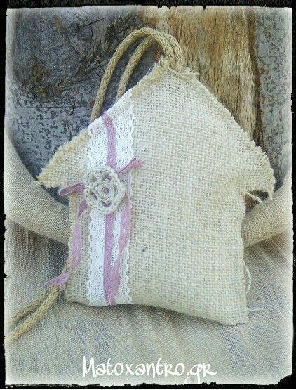 Χειροποιητο Σπιτάκι  απο τσουβαλι με βαμβακερες κορδελες και κεντητο λουλούδι