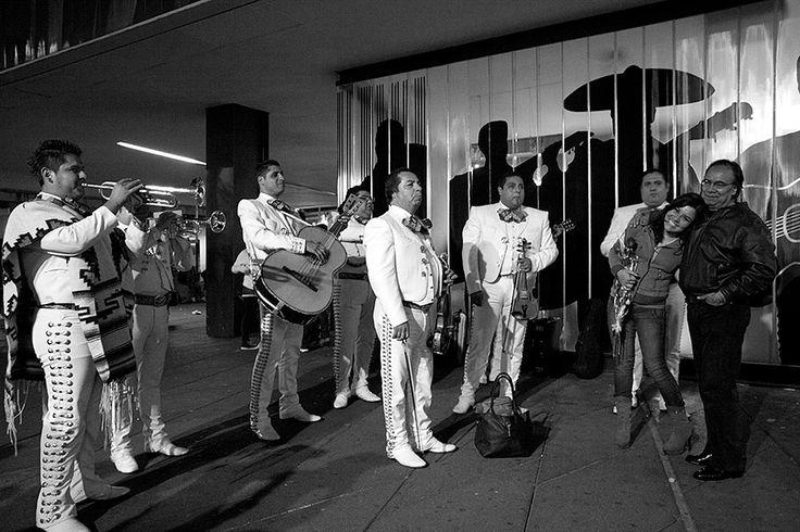 15 aniversario City Guide Louis Vuitton Ciudad de Mexico. La Plaza Garibaldi es el lugar de reuniones para las agrupaciones de mariachis, vestidos de sus trajes tradicionales. Ellos esperan pago por parte del público, a cambio de cantar una canción. Barrio Centro Histórico  FOTOGRAFÍA: CORTESÍA DE LOUIS VUITTON / TENDANCE FLOUE / FLORE-AËL SURUN