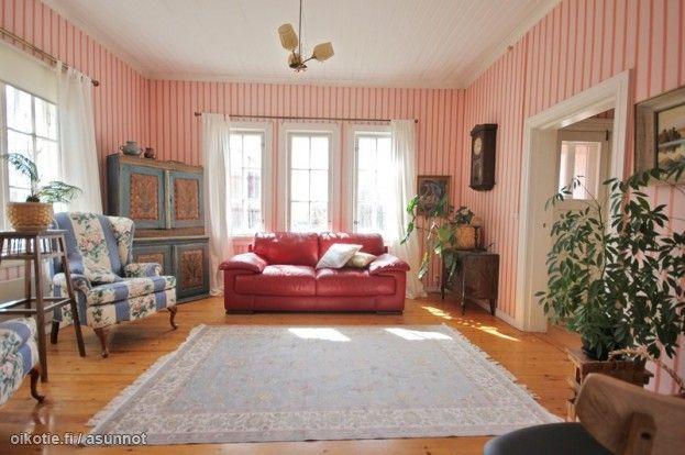 Karjaan talon vaaleanpuna-punaraitaiset tapetit ovat luultavasti Billnäsin Rakennusapteekin 20-luvun tapettia, joka on tehty kaikkien taiteen sääntöjen mukaan - ilman muovia, perinteisin menetelmin. Tapetti sopii loistavasti olohuoneen vanhaan jugenduuniin. Samaa tapettia, mutta sinisellä värityksellä on käytetty alakerran toisessa huoneessa.