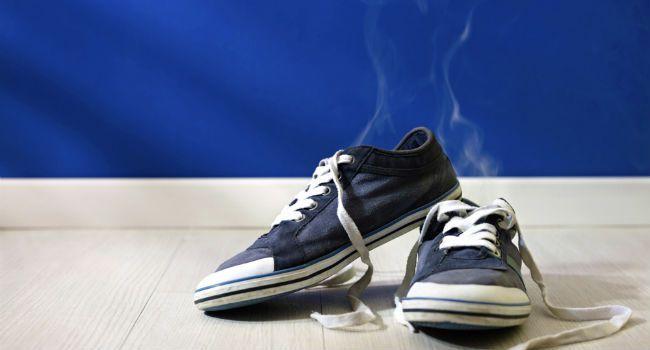 Ficar com os sapatos cheirando mal depois de pegar uma forte chuva ou por sofrer com o chulé pode não ser um problema que incomode só a você, já que o odor poderá ser sentido por muitas pessoas à sua volta. Por isso, para se sentir melhor e acabar com o constrangimento, a personal organizer Ingrid Lisb