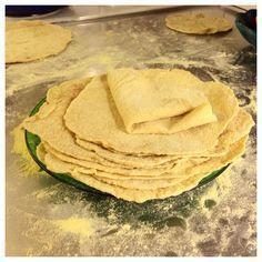 Naturligt glutenfria tortillas. Supergoda och mjuka, snabba och lätta att göra! Jag har sett andra recept på glutenfria tortilla men de är gjorda med jäst eller bakpulver. Det behövs inte. Degen gå...