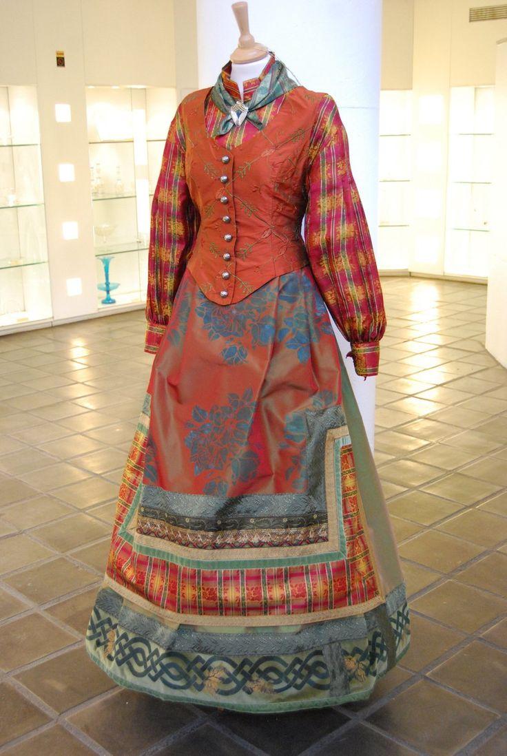 """Kunsthåndverker og designer Lise Skjåk Bræk byr på en herlig farge-, mønster- og detaljrikdom i utstillingen """"Duett"""" i museet. Dette er en festdrakt."""
