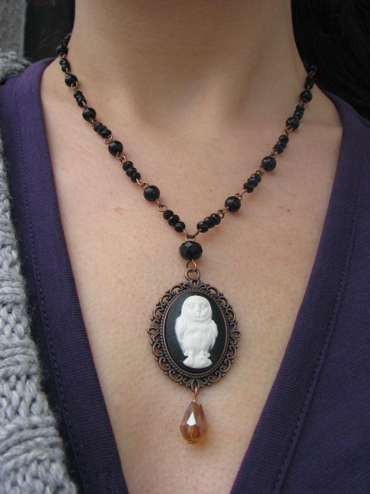 Gothic sova Náhrdelník se skládá z černých korálků a kov. komponentů v měděné barvě, přívěsek z ozdobného lůžka a kabošonu se sovou(kamej).