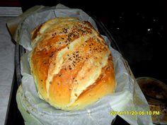 Erdélyi krumplis-magvas kenyér recept - Kenyérbe 1 kg búzaliszt (BL55) 50 g élesztő (friss) 500 ml víz 1 púpos evőkanál só 1 db burgonya (főtt, áttört) 1 db babérlevél (friss, vagy szárított) 1 csapott evőkanál szezámmag 1 csapott evőkanál lenmag 1 csapott evőkanál napraforgómag 100 ml víz Kenyér tetejére 1 kiskanál étolaj 1 csapott mokkáskanál lenmag 1 csapott mokkáskanál szezámmag