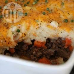 Ovenschotel met gehakt, uien en wortels en een laag aardappelpuree vol met kaas. Betaalbare comfort food! Iedereen vindt dit lekker en als je toch restjes hebt, kun je die makkelijk invriezen.