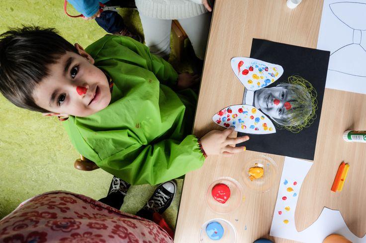 Knutsel, een clowntje. 1. Krulletjes, rondjes tekenen. 2. Strik, vingerverven. 3. Een rode neus, met mijn neus het clowntje een rode neus geven!