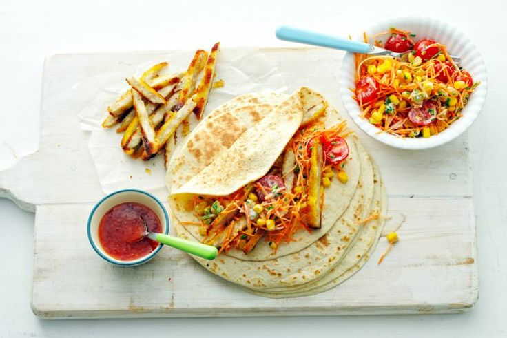 Zet de wraps en ingrediënten apart op tafel, zodat iedereen zelf zijn wraps kan beleggen; lekker én leuk! - Recept - Allerhande