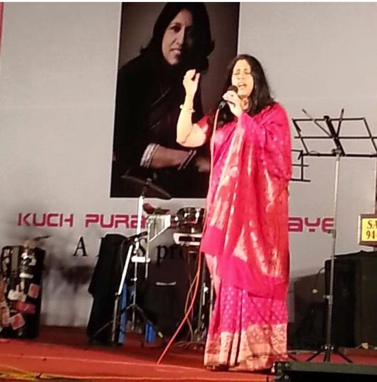 Padmashri awardee Ms #KavitaKrishnamurthy, among India's most gifted singers in a beautiful #banarasi #saree from #angadigalleria. This humble artist was kind enough to share this pic from her phone. #respect #madeinindia #makeinindia