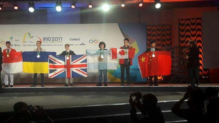La Argentina ganó la medalla de oro en la Olimpiada Internacional de Matemática  Ian Fleschler con la bandera argentina