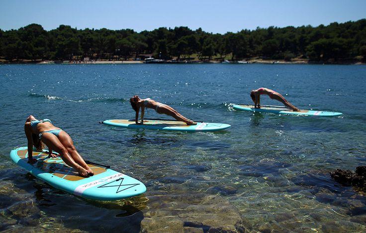 Παραθερίστριες στις ακτές της Αδριατικής στην Κροατική Verudela αφήνουν τα κουπιά του κανό για να επιδοθούν σε χαλαρωτικές ασκήσεις γιόγκα.