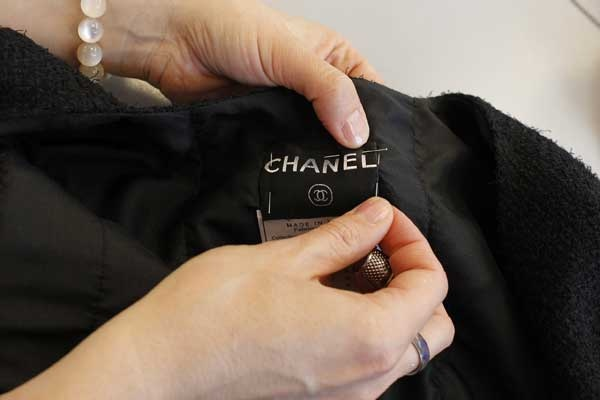 THIS ONE IS a HOMAGE FOR VINCE: Making of the Chanel Little Black Jacket: stitching it in. © Chanel.