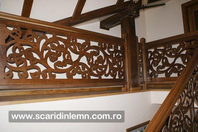 scara cu mana curenta dreapta din stejar cu panouri din lemn masiv stil model floral imbatranite