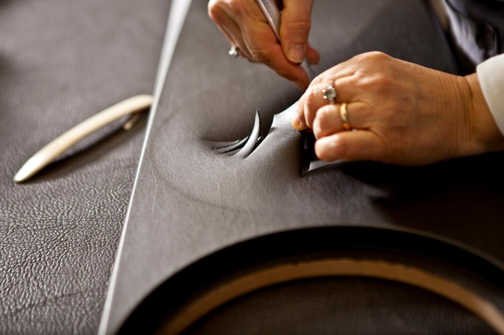 Cutting the leather of Aida