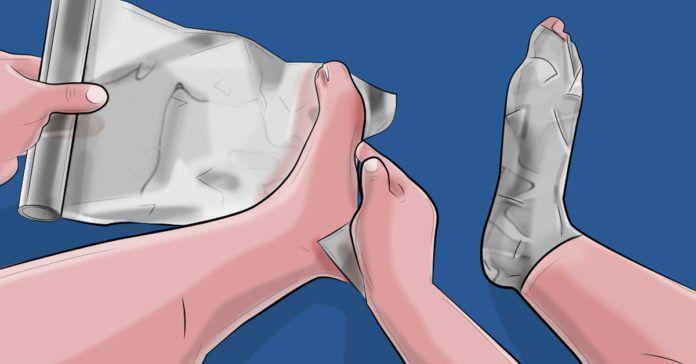 Verlos jezelf extra snel van die vervelende verkoudheid! Hoe? Neem vijf tot zeven vellen aluminiumfolie en wikkel deze om je v...