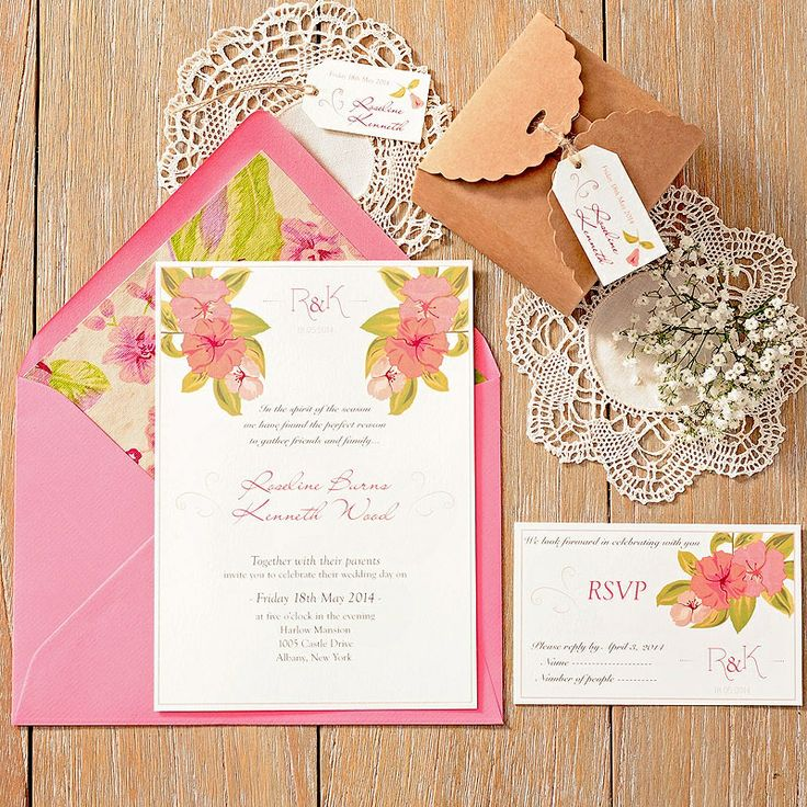 Invitación de boda romántica y con flores para bodas en el campo. Romantic wedding invitation with a delicate and elegant pattern of flowers in pastel tones.  Siena