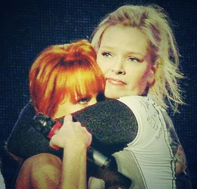 Reba 'smuffocating' from Melissa Peterman hug!