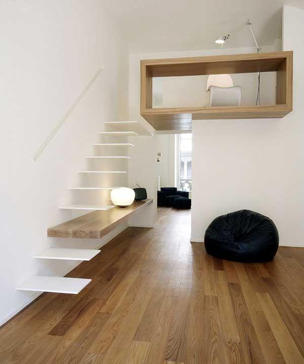 Presque invisible en blanc sur blanc, cet escalier intègre une longue console murale qui lui sert de marche.