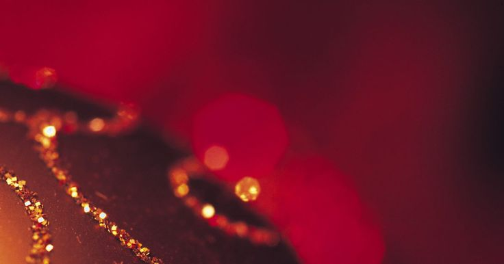 Cómo hacer decoraciones baratas de Navidad para exteriores . ¿Quieres difundir tu entusiasmo por la Navidad en el exterior de tu casa, pero no tienes dinero? Los adornos de Navidad para exteriores pueden ser caros, pero con un poco de creatividad y algunos artículos que ya tengas, puedes crear tus propias decoraciones navideñas.