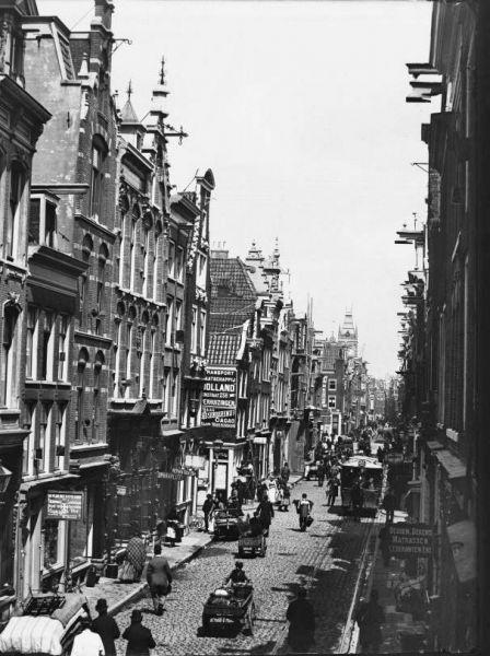 Nederlandsche Handel-Maatschappij / Gebouw De Bazel, Vijzelstraat 32 Vijzelstraat gezien richting Muntplein (Jacob Olie, 1892). In 1917 wordt de westzijde van de straat gesloopt.