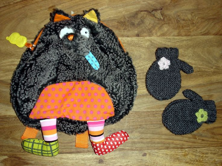 j'aime beaucoup ce modèle de moufles à la forme très arrondie! pour un &bébé tout rond&, je les ai faites grises. comme ça elles sont assorties avec le sac à dos Le Loup (tout rond lui aussi!).... elles sont réalisées en côtes 2/2 et au point mousse....