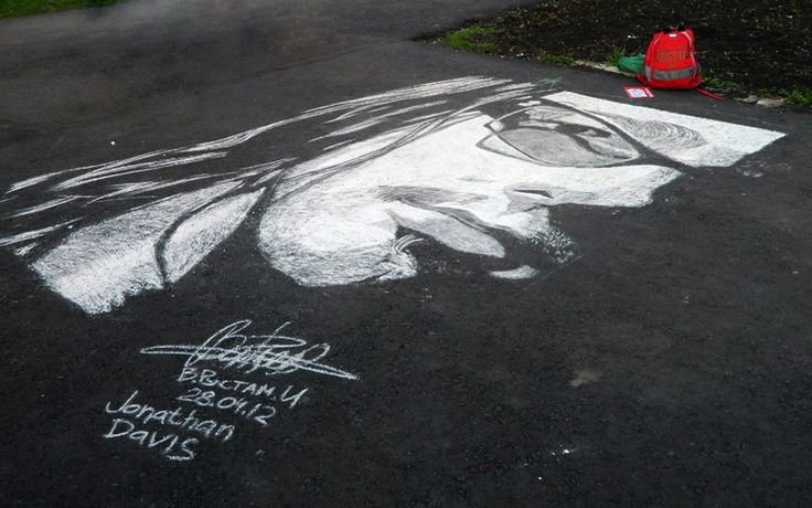 Эти замечательные рисунки созданы 20-летним стрит-арт художником Рустамом Валеевым из города Салават (Башкортостан, Россия). Используя простой белый мел, он в состоянии создать невероятно детализированные портреты прямо на тротуаре.