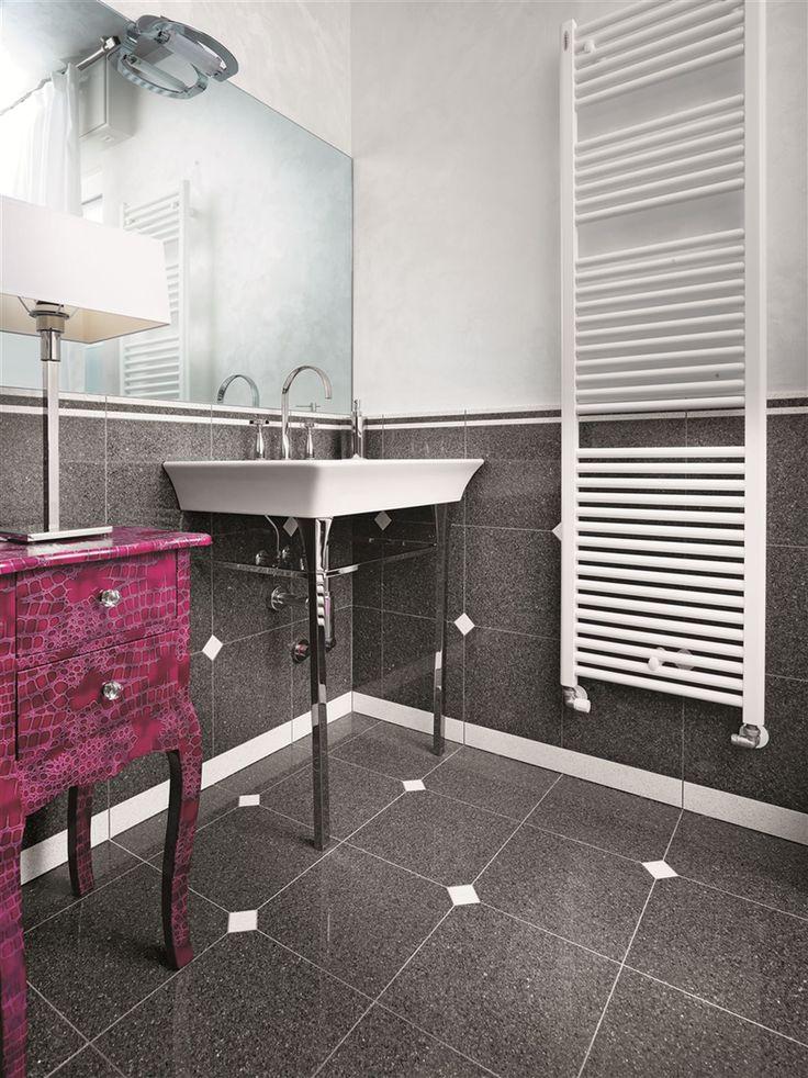Posadzka w łazience z konglomeratu kwarcowego Glitter Iron - Santa Margherita. #santamargherita #glitteriron #parquetfloor bathroom #conglomerate #quartz