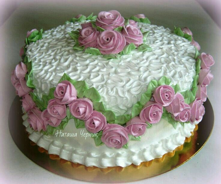 Dort krémový * narozeninový - zdobený růžičkami.