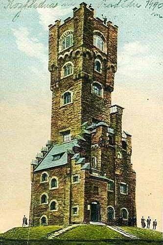 Stará rozhledna na Pradědu měla romantickou podobu staré hradní věže.