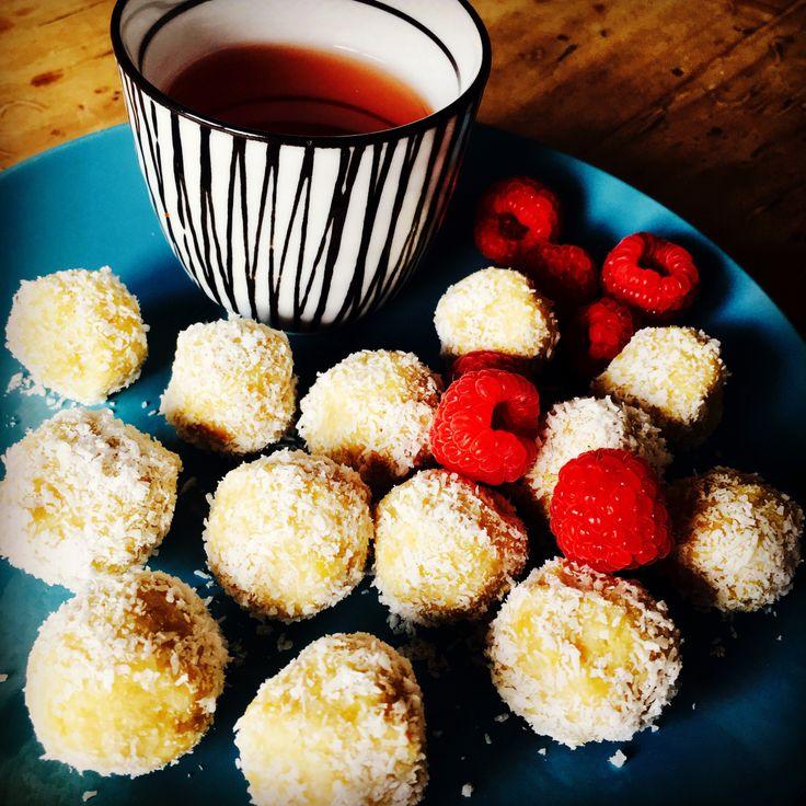 3 Zutaten und was für ein Geschmackserlebnis! Durch Zufall bin ich über dieses super einfache Rezept für marokkanische Kokoskugeln gestolpert. Kichererbsen, Agavendicksaft und Kokosraspel plus 10 M…