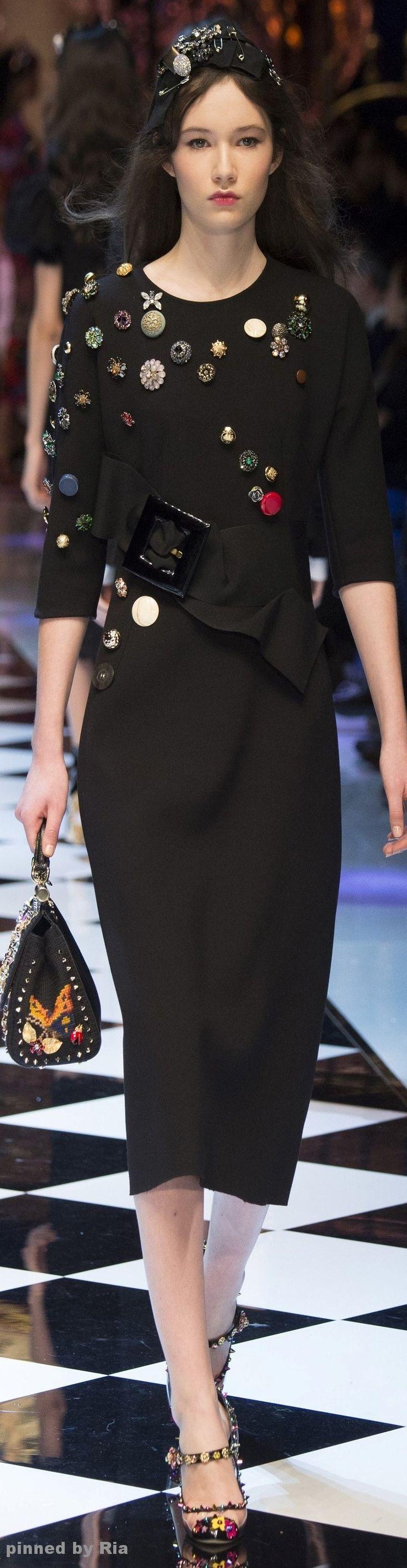 Dolce & Gabbana mostra uma possibilidade de transformar o seu vestido preto aplicando-lhe botões de fantasia.