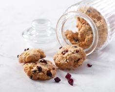 Karpalo-kaurakeksien ohjeella voit tehdä myös suklaa-kaurakeksit. www.vuohelanherkku.fi/reseptit/karpalo-kaurakeksit #gluteeniton #vuohelanherkku #resepti
