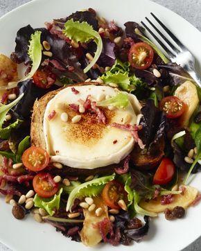 Een heerlijke klassieke combinatie voor een salade: gegrilde geitenkaas met krokant gebakken spekjes en appeltjes. DIt kan jij even lekker maken als op restaurant!