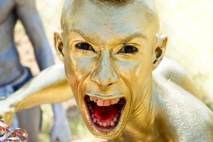 Homme peint en or au Barranquilla Carnaval dont les traditions datent du 19ème siècle. Ce carnavaI a lieu durant les quatre jours précédant le mercredi des Cendres.