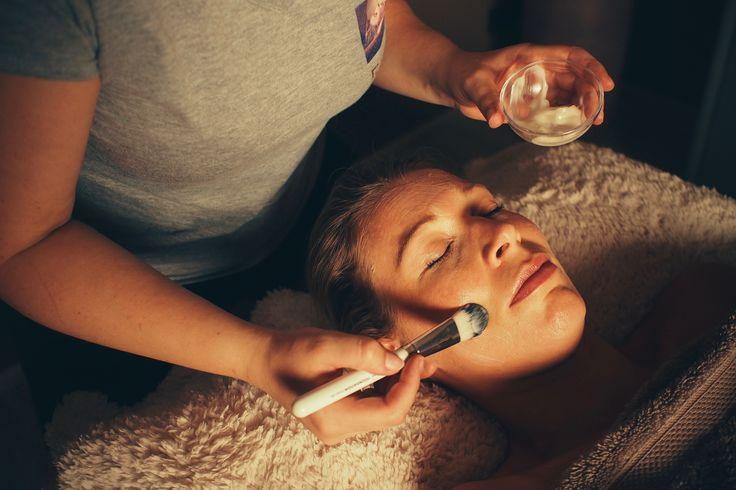 Lotus massage gel masker  Lotus is het symbool bij uitstek van zuiverheid en sereniteit. Argan bestrijdt -net als komkommer overigens- couperose, stimuleert de celregeneratie en gaat rimpelvorming tegen. Honing beschermt de huid tegen vrije radicalen en verhoogt de weerstand. Rode vruchten hebben tonifiërende en verfrissende eigenschappen. Tot slot functioneert zijde zowel huidherstellend als celvernieuwend en bezorgt het de huid een frisse teint.